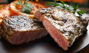 mistakes-everyone-makes-cooking-steak